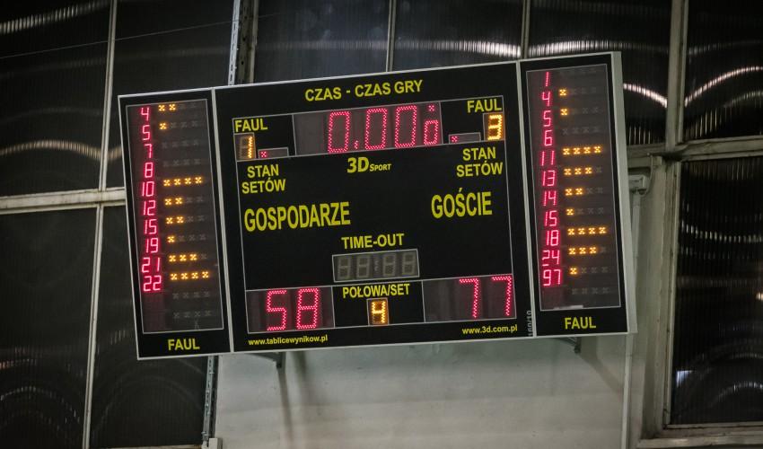 Basketki walczyły z niepokonanym liderem...