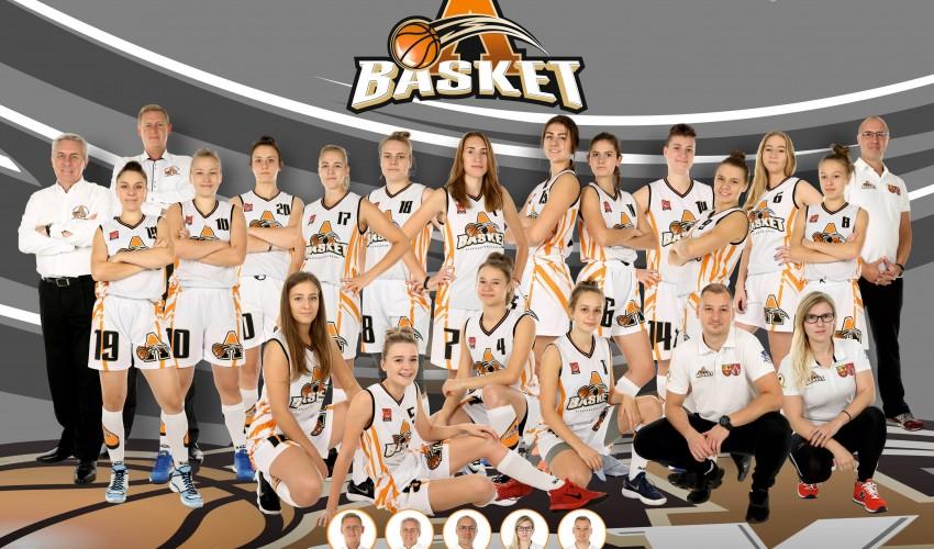 Finalistki przyjęły lekcję koszykówki...